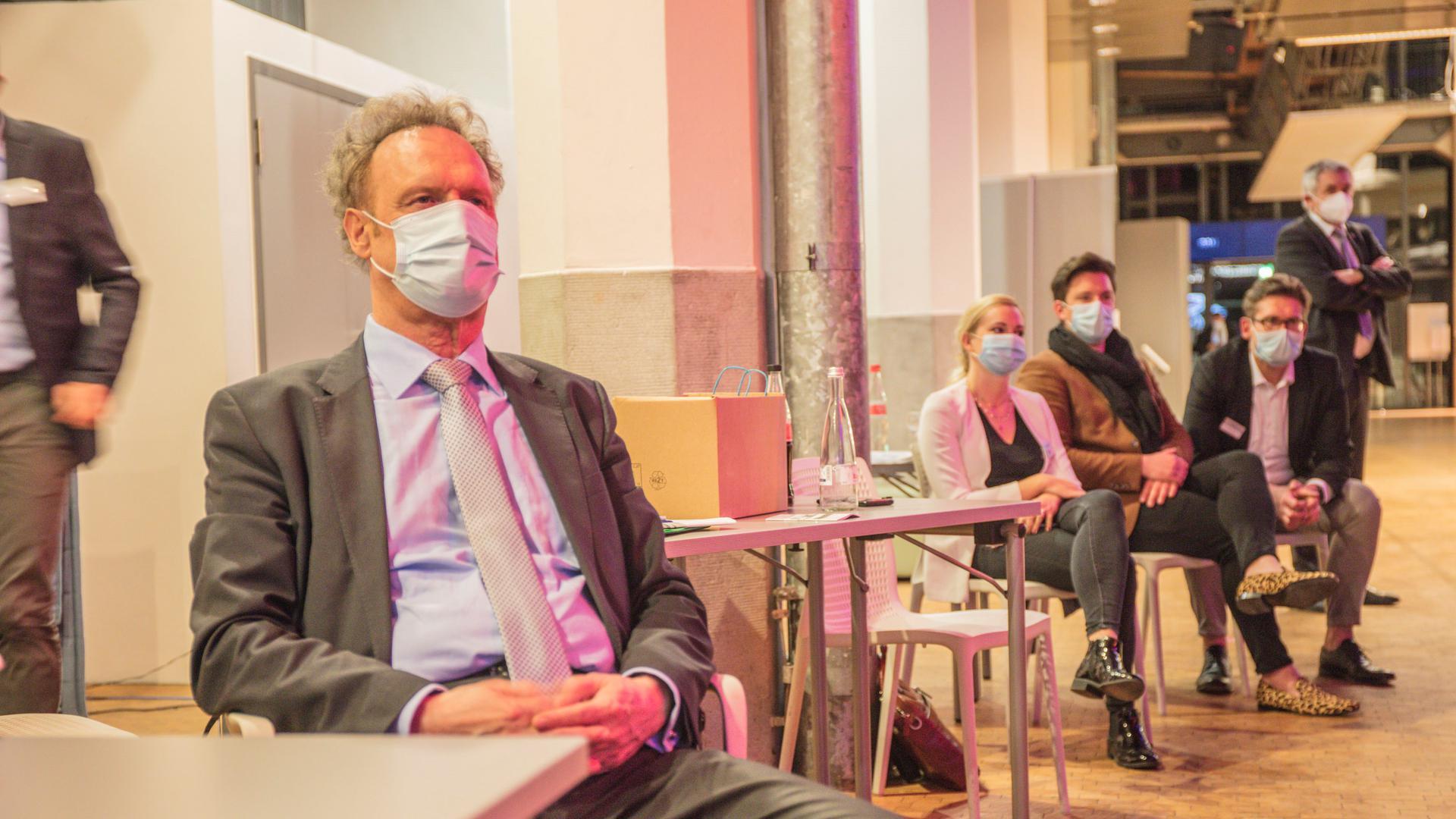 BNN-Verleger und Chefredakteur Klaus Michael Baur verfolgt das BNN-Wahlforum im ZKM in Karlsruhe.