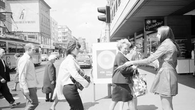 """Im Juni 1970 verteilt eine Hostess auf der Karlsruher Kaiserstraße Werbematerial """"Für Baden""""."""