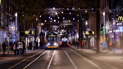 Kaiserstraße. Weihnachten. Straßenbahn. Weihnachtsbeleuchtung. (Symbolbild).