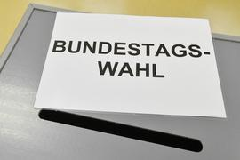 Ein Schild mit der Aufschrift «Bundestagswahl» liegt am 24.09.2017 auf einer Wahlurne in einem Wahllokal in Forst (Brandenburg). Foto: Patrick Pleul/dpa-Zentralbild/dpa ++ +++ dpa-Bildfunk +++