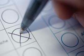 Der Trend zur Briefwahl hält an, auch wegen Corona. Die Karlsruher Stadtverwaltung reagiert darauf mit einer Reduzierung von Urnen-Wahlbezirken.
