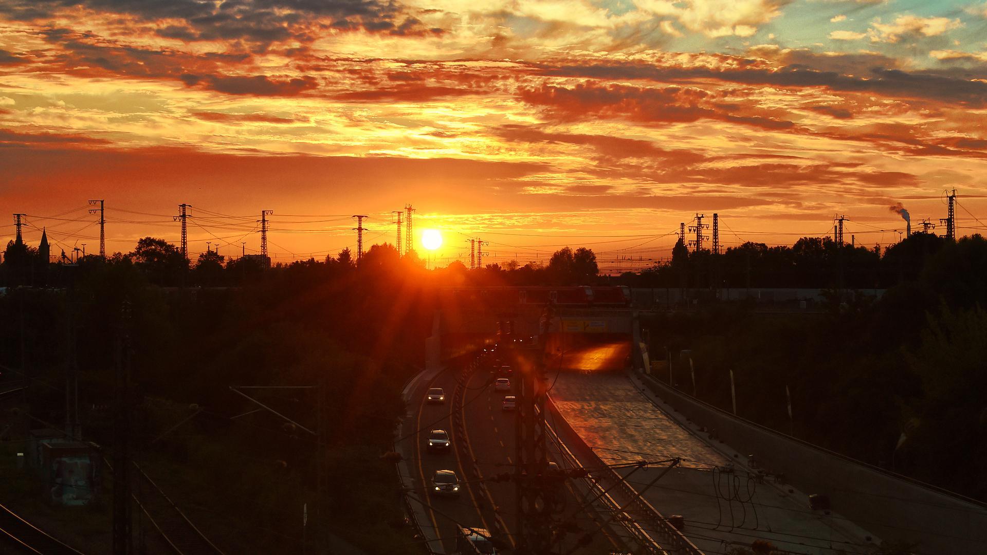 Auf der Weiherfeldbrücke kann man nicht nur Autos und Züge zählen, sondern auch den Sonnenuntergang bestaunen.