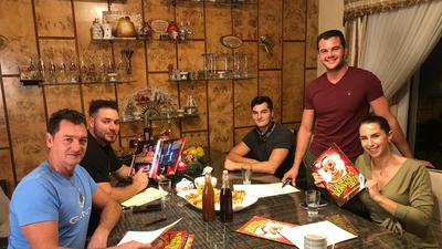 Zirkusfamilie Sperlich am Küchentisch