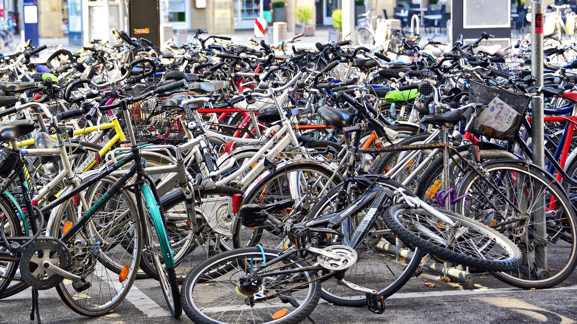 Wild geparkt: Am Hauptbahnhof wird deutlich, dass es trotz der vielen Abstellmöglichkeiten noch immer Bedarf gibt.