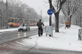 Radweg nicht geräumt: So wie hier im vergangenen Winter laden manche Karlsruher Straßen bei Schneefall nicht unbedingt zum Fahrradfahren ein.