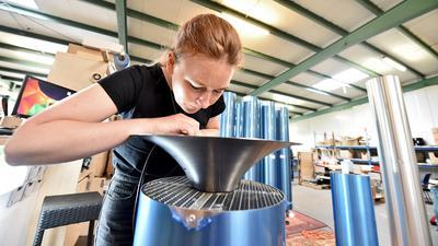 """17.08.2021 Karlsruher Start-up """"Youvee"""" fertigt in Hagsfeld Luftfilter. Kürzlich haben sie eine Zertifizierung vom Max-Planck-Institut erhalten, die die Wirksamkeit gegen Corona-Viren in der Raumluft bestätigt"""