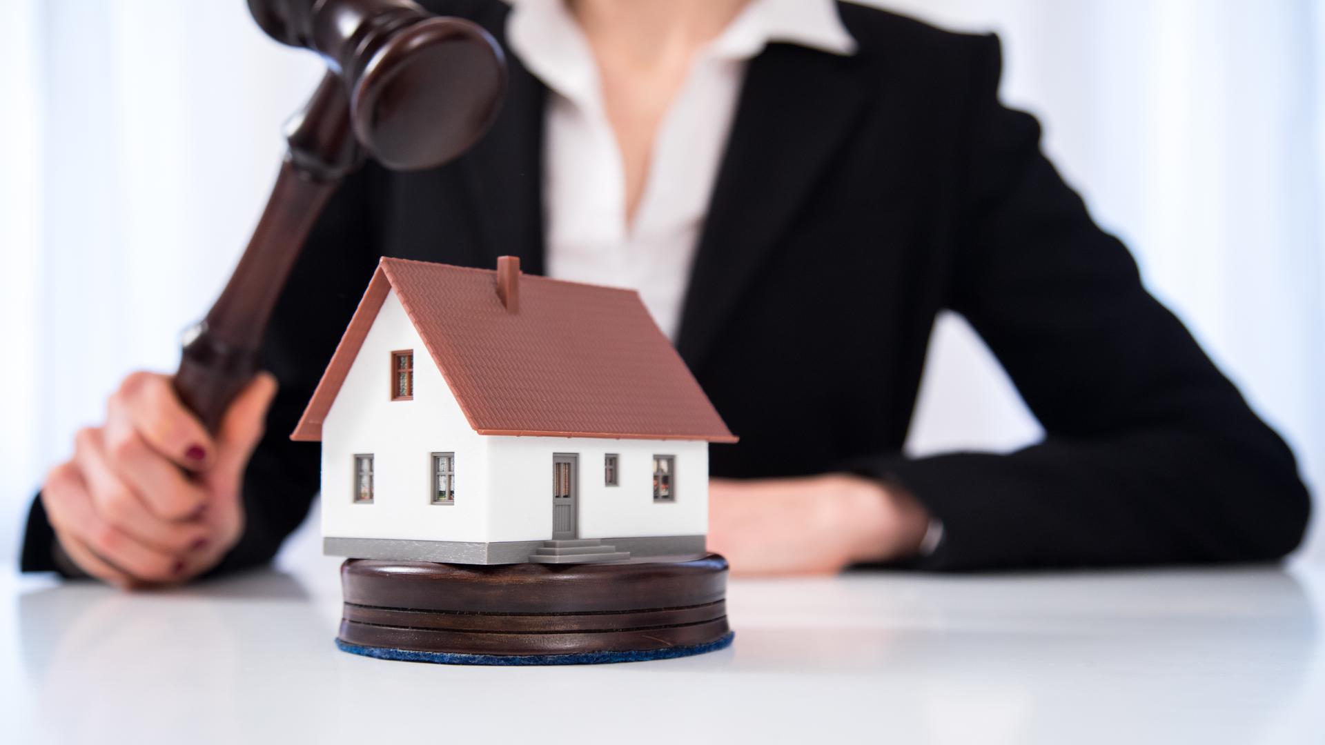 Hoffen auf ein Schnäppchen: Mit Zwangsversteigerungen verbinden viele die Erwartung, günstig an eine Immobilie zu kommen.