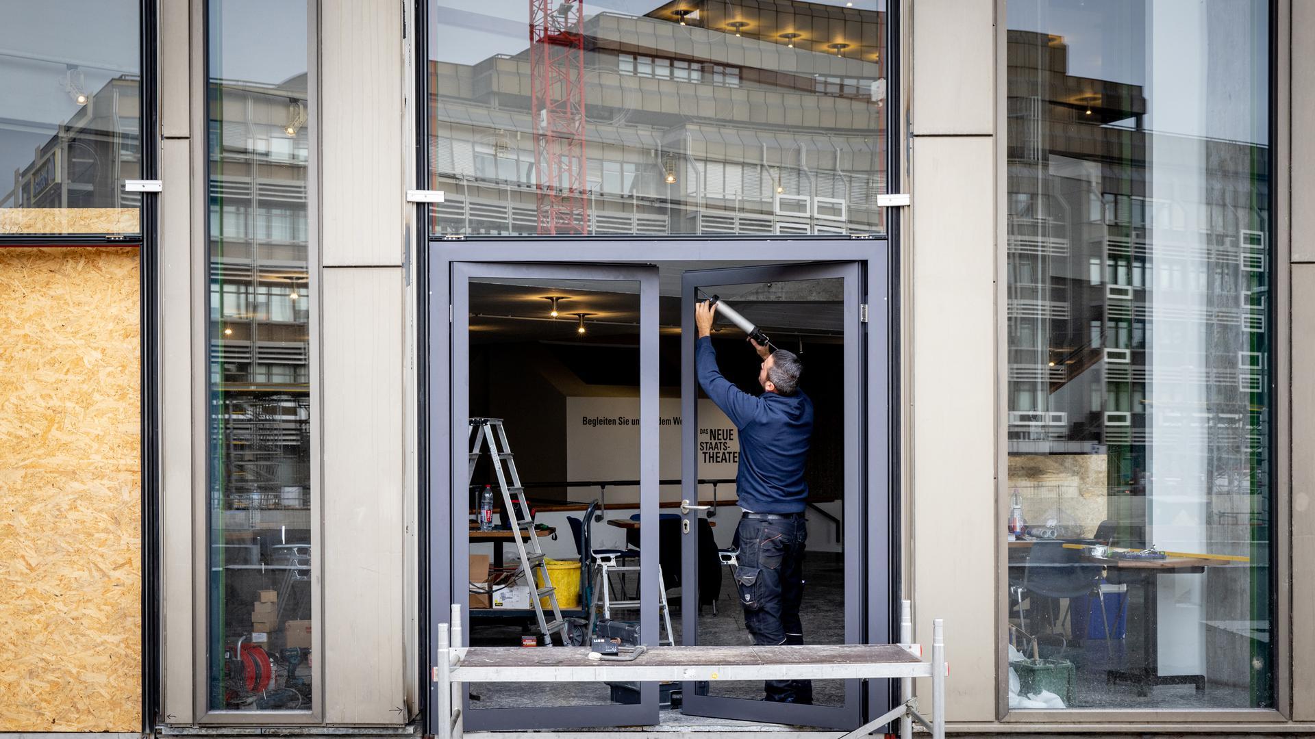 Die Tür ist da: Dieser Zugang führt künftig vom provisorischen Entree ins Badische Staatstheater.