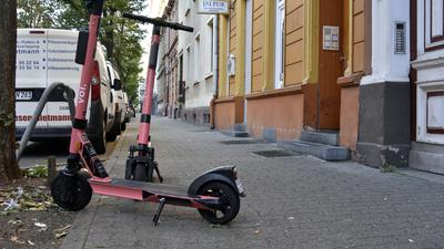 Abgestellte E-Scooter in der Lessingstraße