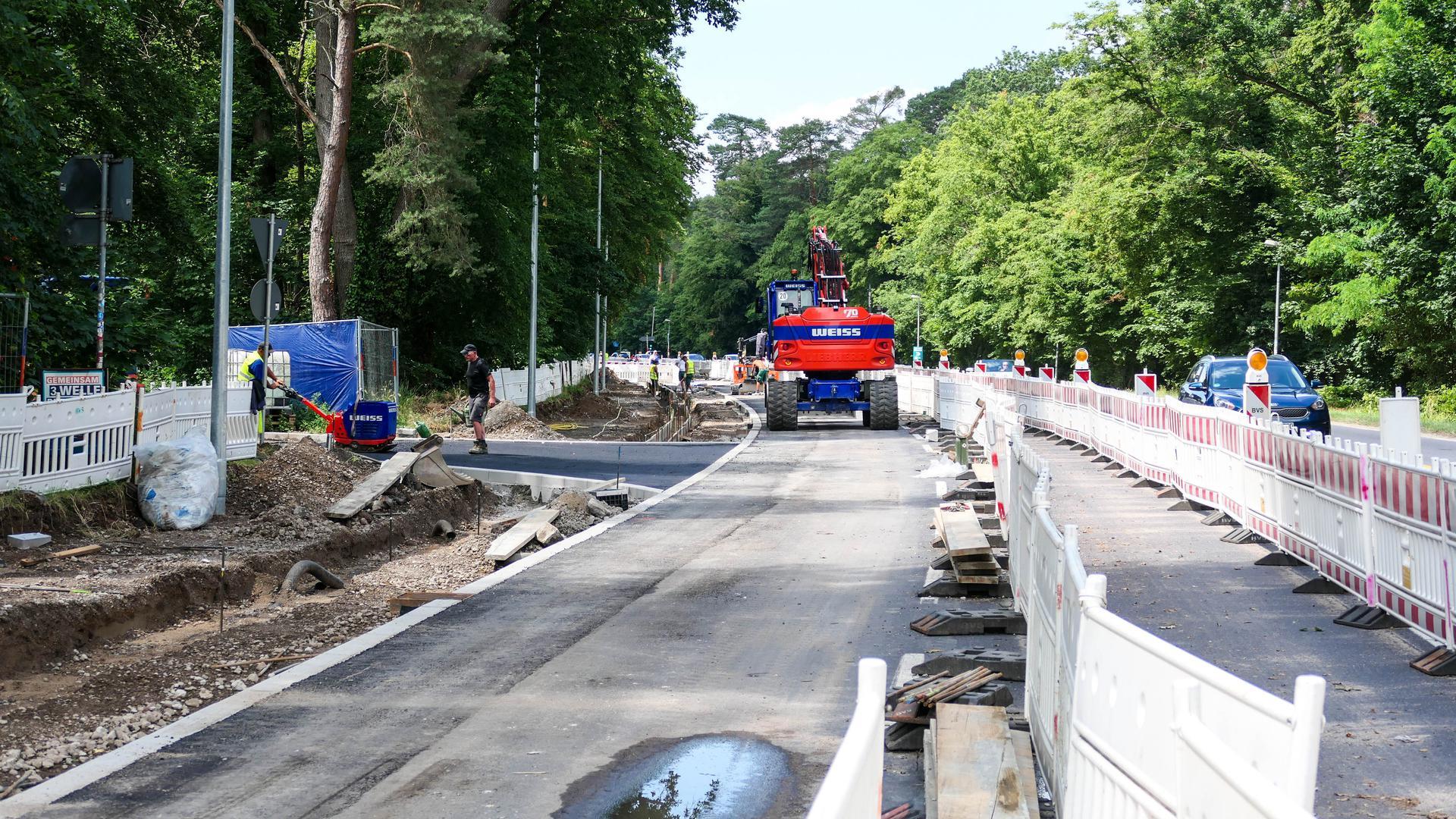 Bauarbeiten auf dem Adenauerring in Karlsruhe vor dem neuen KSC-Stadion