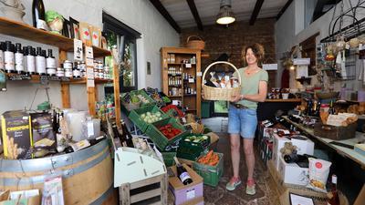 Besitzerin Anette Baur präsentiert in ihrem Hofladen in Karlsruhe-Daxlanden ihre Produkte.