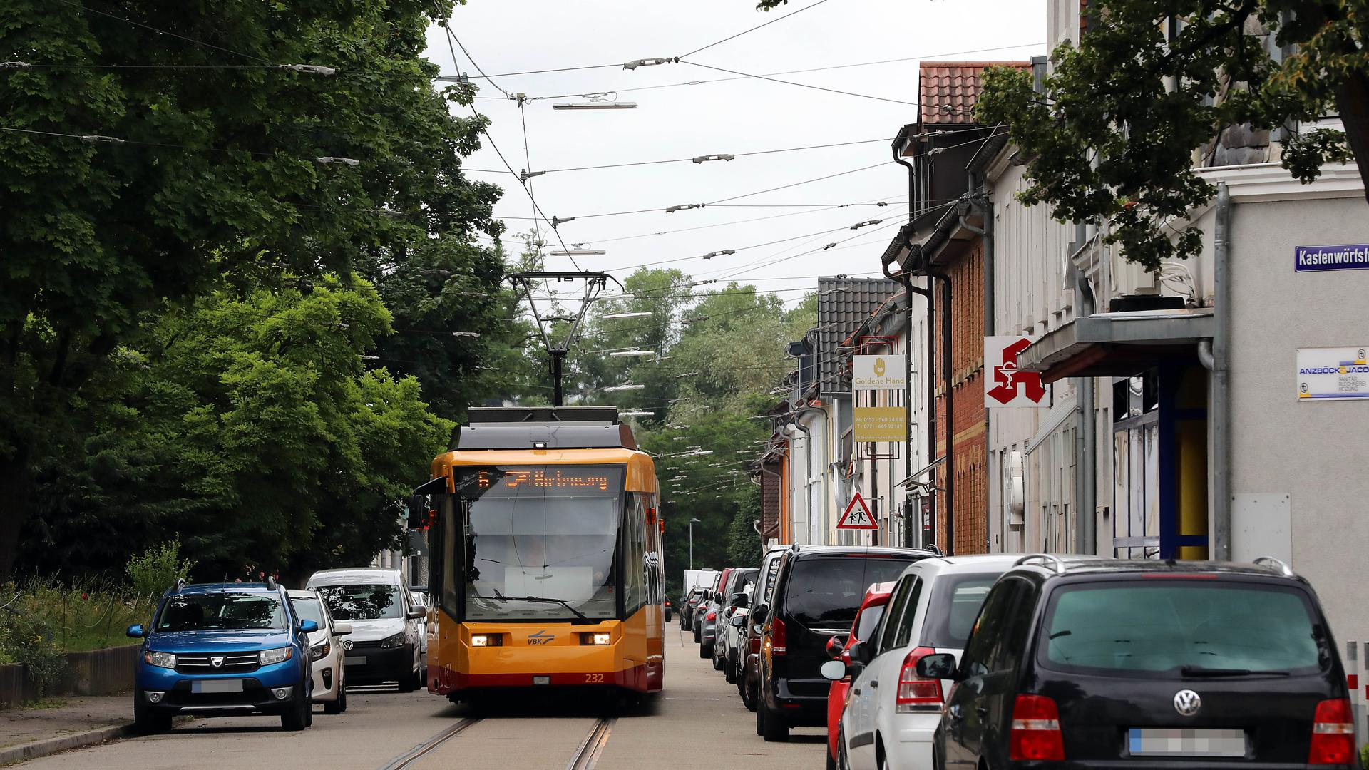 © Jodo-Foto /  Joerg  Donecker// 1.07.2021 Strassenbahn Daxlanden , Foto: Haltestelle Kirchplatz,                                                               -Copyright - Jodo-Foto /  Joerg  Donecker Sonnenbergstr.4 D-76228 KARLSRUHE TEL:  0049 (0) 721-9473285FAX:  0049 (0) 721 4903368 Mobil: 0049 (0) 172 7238737E-Mail:  joerg.donecker@t-online.deSparkasse Karlsruhe  IBAN: DE12 6605 0101 0010 0395 50, BIC: KARSDE66XXSteuernummer 34140/28360Veroeffentlichung nur gegen Honorar nach MFMzzgl. ges. Mwst.  , Belegexemplarund Namensnennung. Es gelten meine AGB.