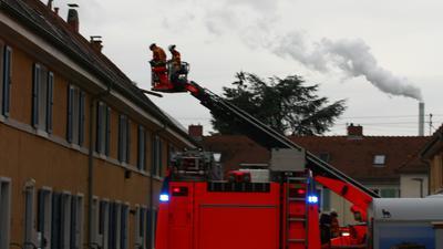 Feuerwehreinsatz in der Salmenstraße in Karlsruhe-Daxlanden.