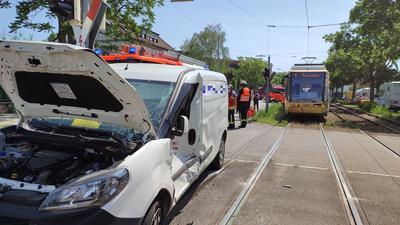 Ein Autofahrer hat in Karlsruhe-Daxlanden das Rotlicht einer Ampel missachtet und ist mit einer Straßenbahn zusammengestoßen.