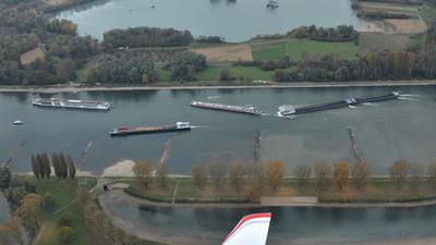 Schiffe liegen im Rhein