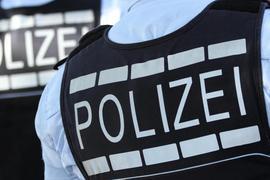 Westen tragen die Aufschrift «Polizei»