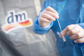 Die Karlsruher Drogeriemarktkette dm will an rund 250 Filialen in Baden-Württemberg Corona-Schnelltest-Zentren aufbauen.