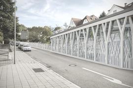 Simulation der verlängerten Turmbergbahn durch die Bergbahnstraße in Durlach mit neuer Talstation. Oberhalb schließt sich der durchgezogene Schutzzaun an.