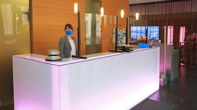 """Mareike Peschel an der Rezeption des Hotels """"Der Blaue Reiter"""""""