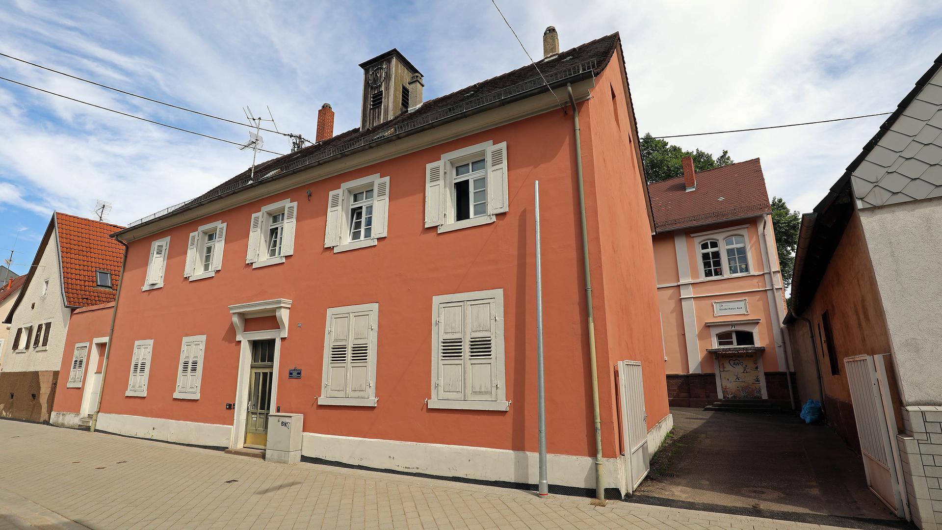 Das Alte Rathaus in Durlach-Aue an der langen, mitten durch den Ort führenden Westmarkstraße und die Alte Schule dahinter erinnern an die 62 Jahre (1859 bis 1921), in denen Aue eine selbstständige Gemeinde war. Im August 2021 ist der Straßenabschnitt davor frisch saniert und verkehrsberuhigend umgestaltet.