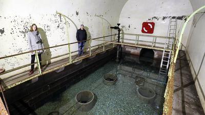 Im sanierungsbedürftigen Brunnenhaus von Weinbrenner in Durlach stehen die Architektin Heike Ebert, Projektleiterin für die Sanierung, und der Leiter der Abteilung Hochbau im Stadtamt Durlach, Thomas Dueck.                                                               -
