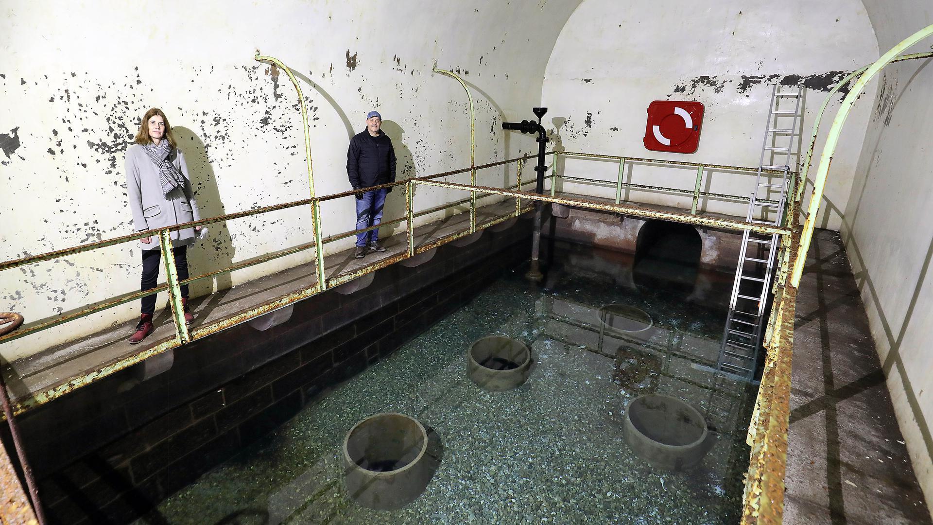 Im sanierungsbedürftigen Brunnenhaus von Weinbrenner in Durlach stehen die Architektin Heike Ebert, Projektleiterin für die Sanierung, und der Leiter der Abteilung Hochbau im Stadtamt Durlach, Thomas Dueck.