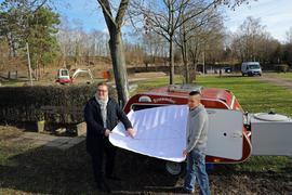 4.02.2021 Umbau Campingplatz Durlach. Links Oliver Sternagel, Chef der Bäderbetriebe Karlsruhe, rechts der Leiter des Campingplatzes, Rocco Trunz, an seinem eigenen Alljahres-Wohnwagen