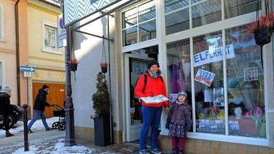 13.02.2021 Fastnacht im Schaufenster in Corona-Zeiten am Saumarkt in Durlach, Anne Fetzner mit der vierjährigen Tochter Bella Barbara