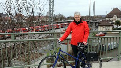 23.12.2020 Barbara Parr mit Fahrrad an der Durlacher Allee über dem Bahnhof Durlach