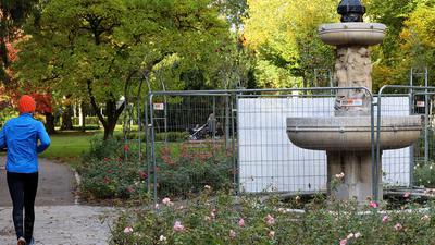 Im Schlossgarten in Durlach beginnen Ende Oktober 2021 die Renovierungsarbeiten am Nibelungenbrunnen im Rosengarten.