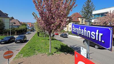 In der Mitte der Bergbahnstraße verläuft die geplante Verlängerung der neuen Turmbergbahn in Durlach.