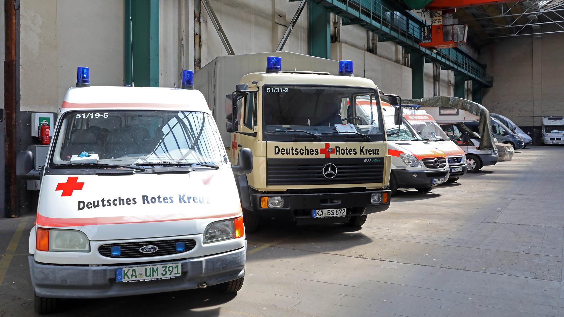 Katastrophenschutz-Fahrzeuge des DRK Durlach in der Fahrzeughalle.