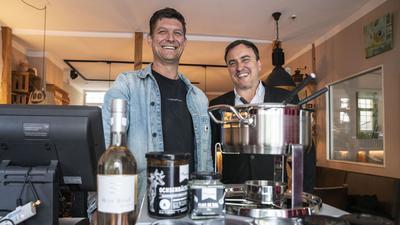 """Dreamteam: Peter Joas (links) und José Neves stürzen sich mit Begeisterung in neue Projekte. Da wären etwa ihre Gerichte im Glas to go: """"Zuhause Genießen""""."""
