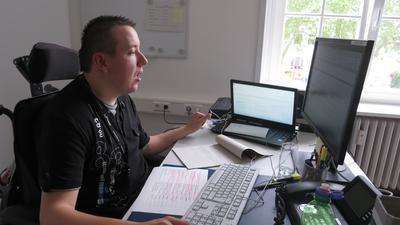 Patrick Kühnel ist durch eine Spastik körperlich eingeschränkt und sitzt im Rollstuhl. In seinem Beruf als Bürokraft kann er aber durchaus am Computer arbeiten.