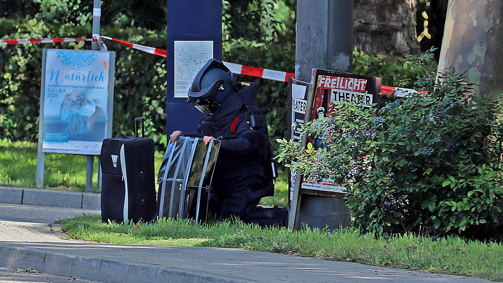 Ein Bombenentschärfer bei dem verdächtigen Koffer