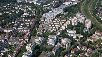 Luftbild 2019 Karlsruhe-Durlach: Blick auf das Areal Killisfeldstraße, Raiherwiesenstraße mit ehemaliger Paracelsus-Klinik (Terrassengebäude) sowie Pfaffstraße mit den Hochhäusern der so genannten Richt-Anlage (rechts) neben den Eisenbahngleisen