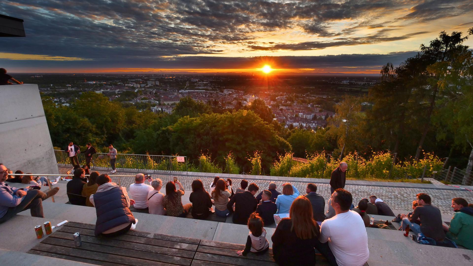 Die Turmbergterrasse ist der beliebteste Aussichtspunkt in Karlsruhe. Bei schönem Wetter treffen sich dort viele Menschen.