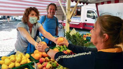 Einkaufen ohne Verpackung: Auf dem Durlacher Wochenmarkt lässt Susanne Jacob (links) von der Marktfrau Beate Weiler ihre Einkaufstasche füllen.