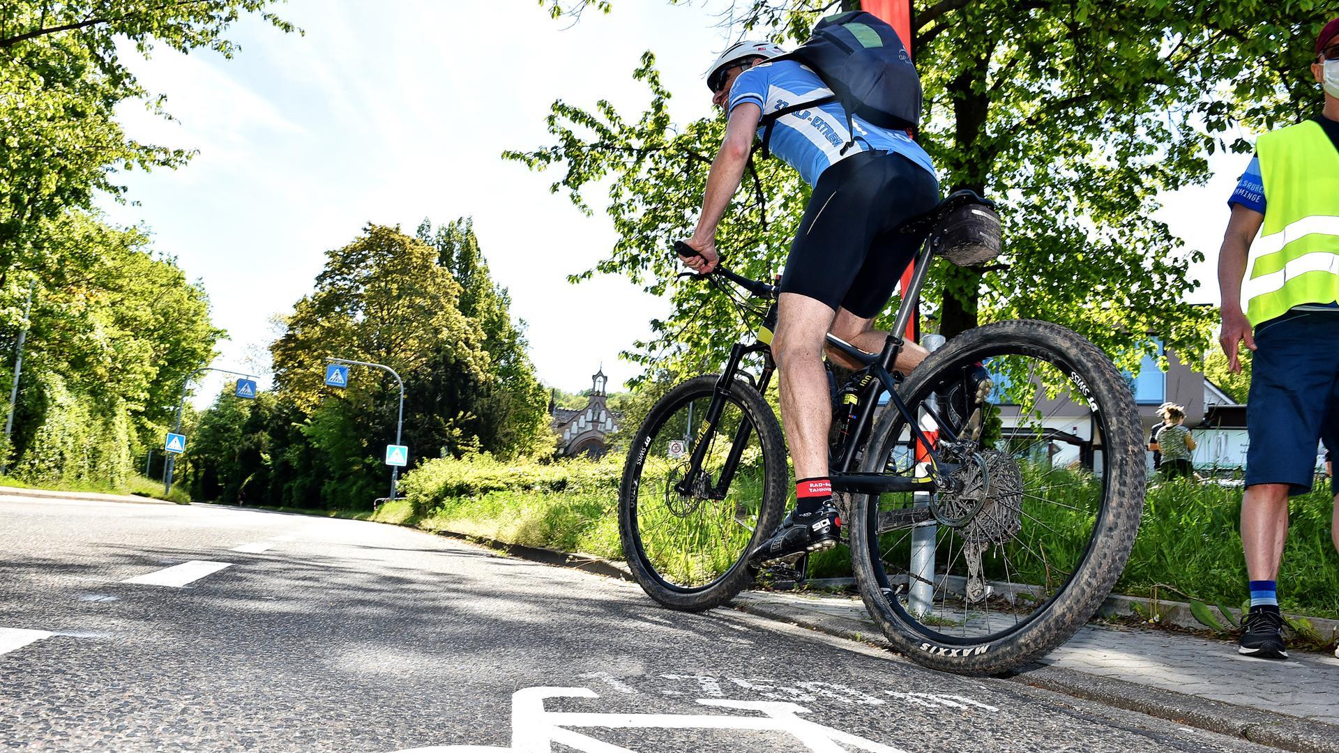 Fahrradfahrer fährt bei der Turmberg Trophy los