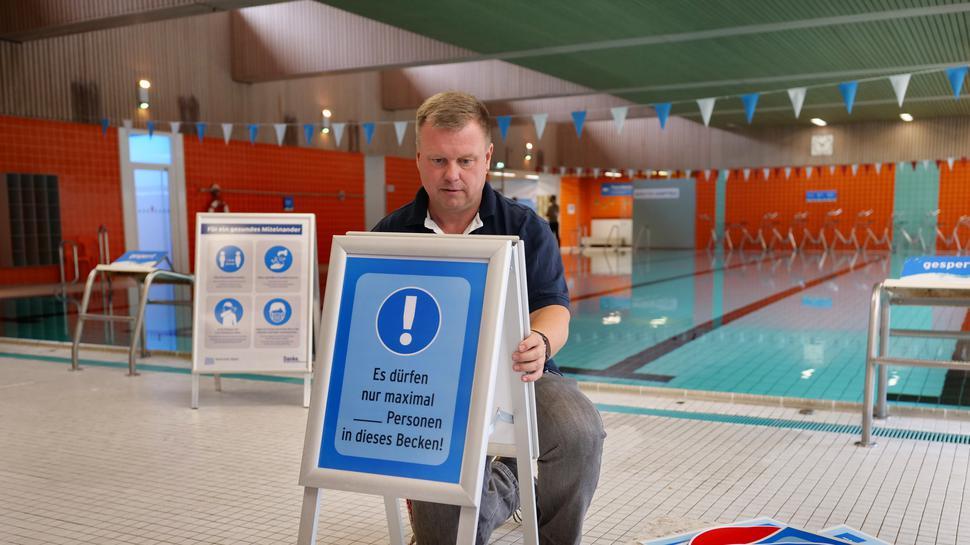 Vorbereitung zur Eröffnung der Hallenbadsaison im Weiherhofbad in Durlach.
