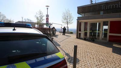 Die Polizei sperrt am Sonntag die Turmbergterrasse in Karlsruhe.