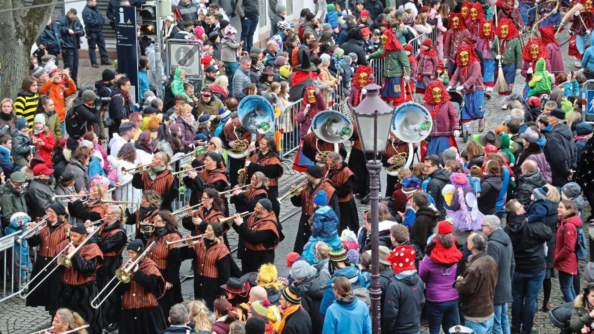 Umzug Fastnacht Durlach 23. Februar 2020: Bunt und fröhlich haben die Narren in der Durlacher Altstadt gefeiert. Der Umzug mit mehr als 50 Zugnummern bot besonders viel Guggenmusik. Die Grötzinger Noten-Chaoten machten den Anfang.