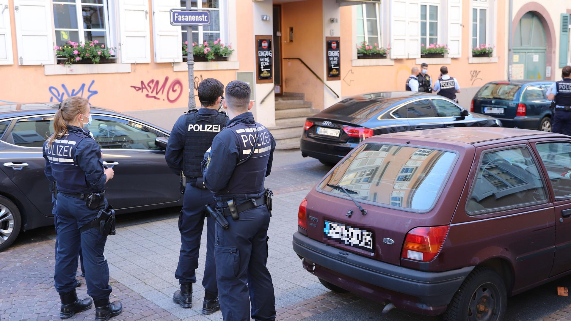 Mehrere Polizisten stehen bei einem Einsatz in der Karlsruher Fasanenstraße in der Nähe des Oxford Pub.