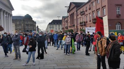Demonstranten stehen beim Klimastreik von Fridays for Future auf dem Marktplatz in Karlsruhe.