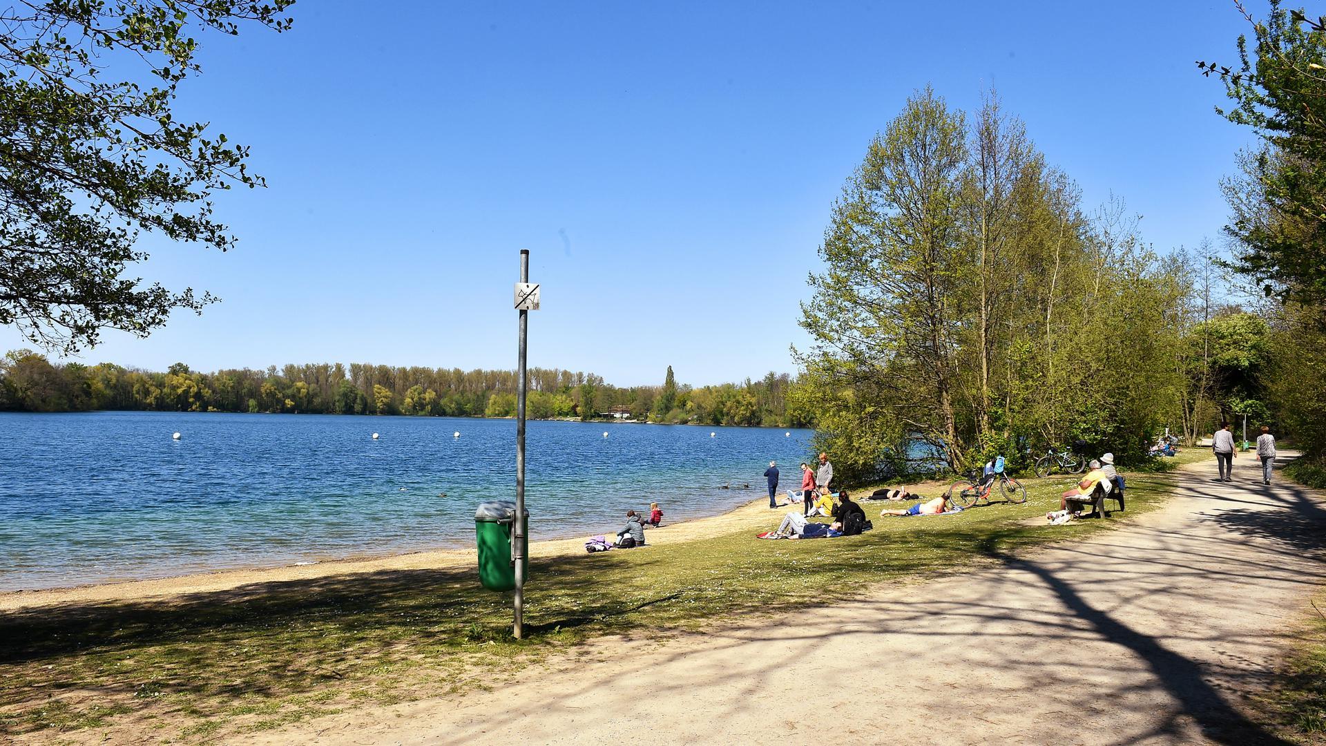 Hier kommen Spaziergänger auf ihre Kosten: Der Rundweg um den Grötzinger Baggersee führt direkt am kleinen Badestrand vorbei.