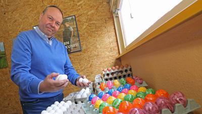 """8.03.2021  Der Landwirt Matthias Götz hat sich mit seiner Marke """"Frischei Grötzingen"""" auf die Lieferung von Eiern spezialisiert."""