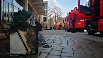 Verbrannte Gegenstände vor der Augustenburgschule in Grötzingen.