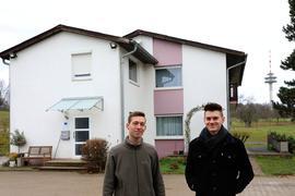 Jonas (links) und Marius Schaufelberger vor dem Wohnhaus auf dem Gelände des Pfeilerhofs.