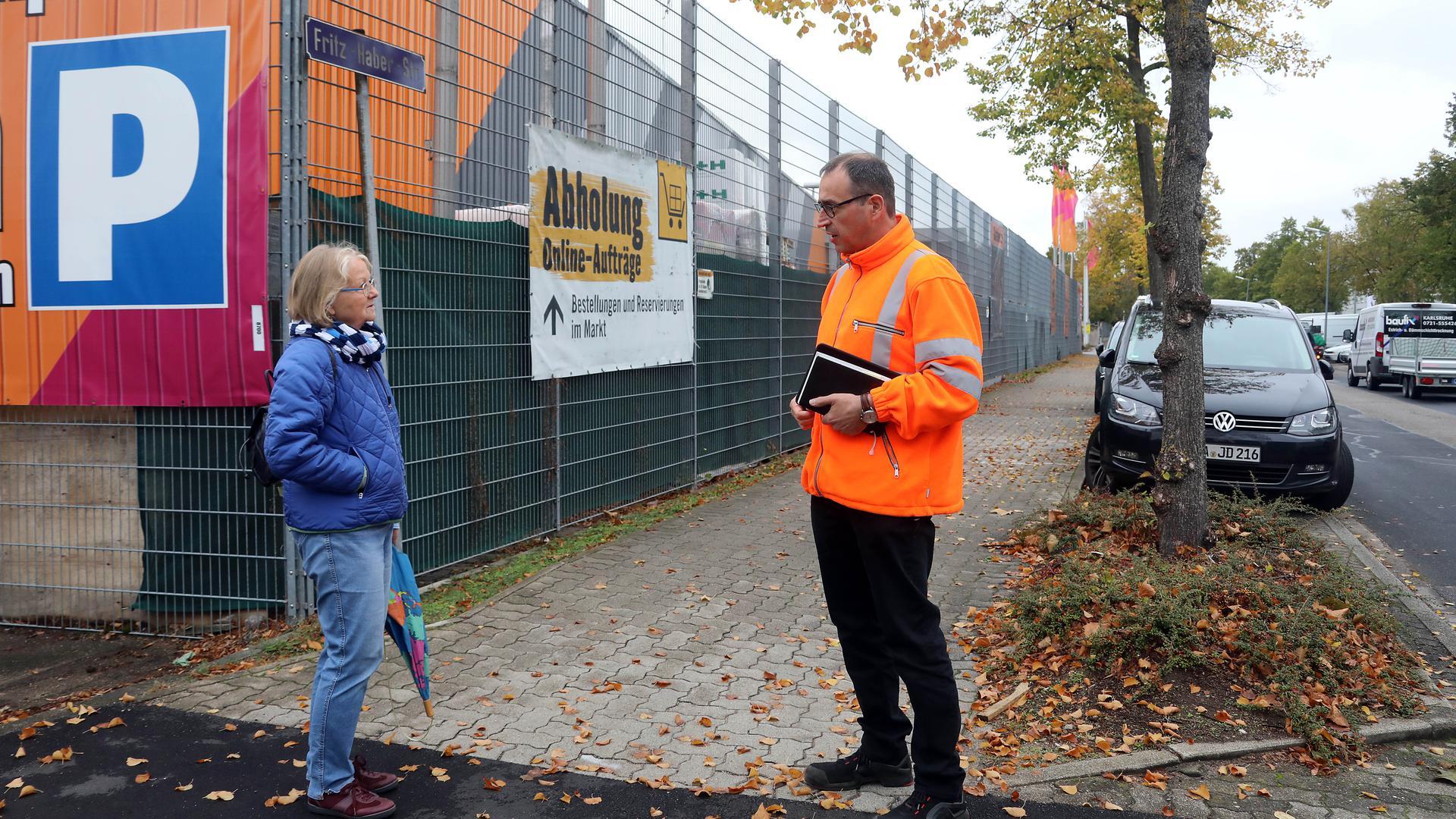 15.10.2020 I hätt do mol e Frog: Bernhard Enderlin vom Tiefbauamt erklärt Elke Stiefel in Grünwinkel, wer die Gehwege und Rinnsteine bei Firmengebäuden sauber hält.