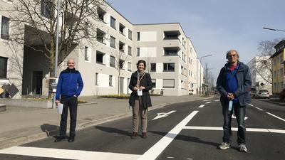 Kein Weg für Fahrradfahrer: Auf der nördlichen Durmersheimer Straße konnten Alf Püttmer, Marion Diesner und Horst Babenhauserheide (von links) fürs Foto nur so sicher stehen, weil sie wegen Bauarbeiten für den Verkehr gesperrt war.